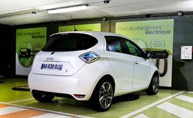 Mange elbiler, som Renault Zoe, er utformet for best mulig aerodynamikk. Tilhengerfeste kan forstyrre dette dersom det ikke er designet inn fra begynnelsen. I dette tilfellet er det også temperaturregulering i gulvet under bagasjerommet, som gjør det vanskelig.