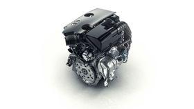 Bensinrevolusjon 2: Nissans nye VT-C-motor som kommer neste år vil være den første produksjonsmodellen i verden med variabelt kompresjonsforhold. En bensinmotor med turbo har vanligvis et lavere kompresjonsforhold for å unngå tenningsbank. Det unngår Nissan ved å variere kompresjonen slik at motoren unngår slike driftsforhold. Toliteren med turbo skal erstatte en sekssylindret 3,5 liter i en Infinitymodell uten at det går ut over ytelsen. Den er på 268 Hk med et dreiemoment på 390 Nm. Resultatet er 27 prosent lavere bensinforbruk.