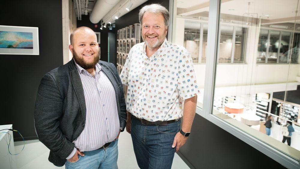 Gard L. Michalsen (t.v.) i Medier24 og Jan M. Moberg i TU Media undertegnet fredag en avtale som sikrer TU en eierandel i medienettstedet.
