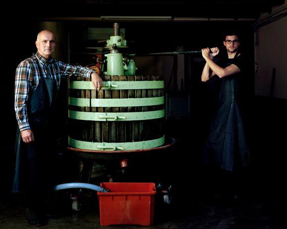 Pappa Karl og sønnen Christopher Loewen i vinkjelleren.