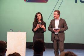 Det var bred enighet om at et Toppindustrisenter var en god idé. Hadia Tajik (Ap), her sammen med konferansier Arne Hjeltnes, skrøt av initiativet.