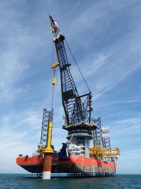 En Cranemaster-enhet i bruk på vindkraftprosjektet Rampion. Utbyggingen startet i 2015 og skal være ferdig med 116 turbiner i 2018.