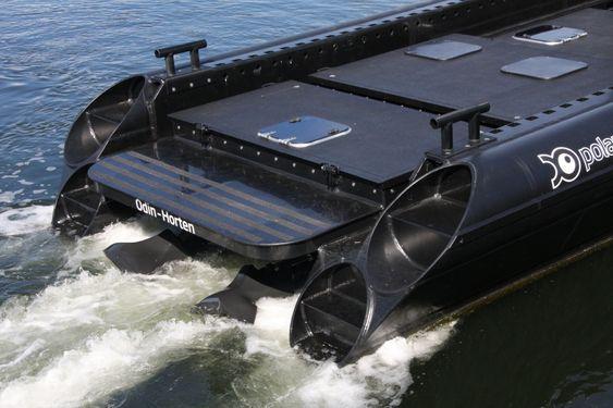 To Hamilton vannjeter sørger for framdrift og manøvrering.
