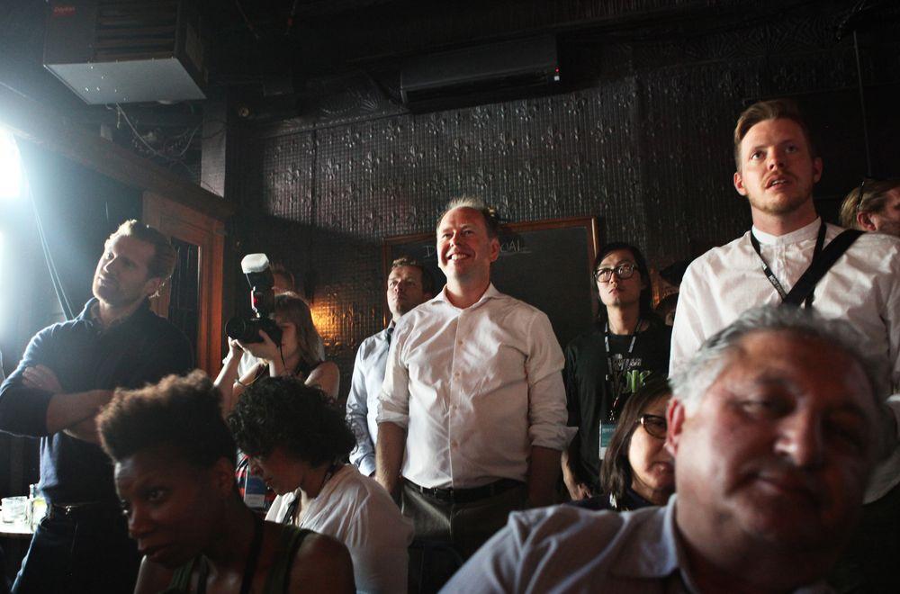 Bjørn Holte (midt i bildet) deler gjerne råd om gründerlivet i New York med norske startupbedrifter. Her er han tilskuer på et arrangement om norsk teknologi på Northside-festivalen i Brooklyn i juni.