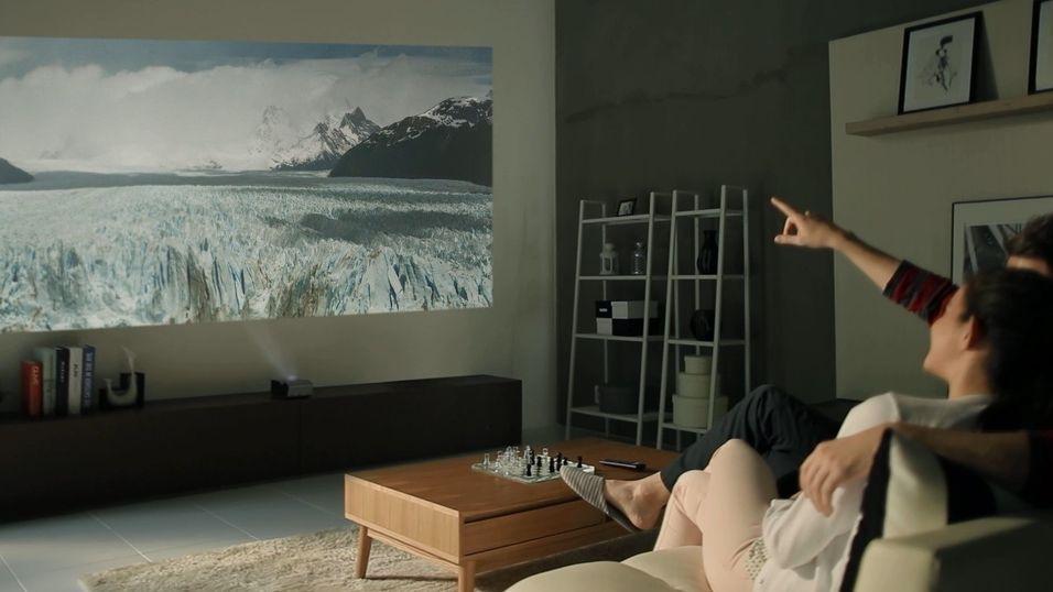 Den ene av LGs nye projektorer kan vise et 80-tommers bilde fra bare 33 centimeter.
