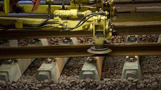Se toget legge spor inne i Holmestrandporten