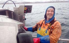 Bent Gabrielsen på arbeid om bord i sin sjark Karoline.