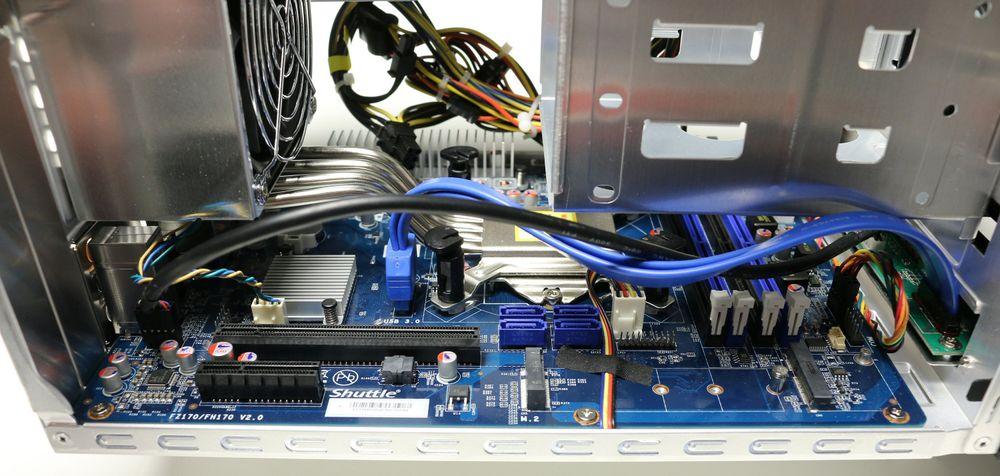 Av innvendige kontakter finner vi blant annet M.2, Mini PCIe, fire spor til RAM, fire SATA-kontakter, x16 PCIe-spor for grafikk og x4 PCIe for eventuelle andre tilleggskort.
