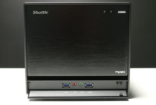 Et panel under fronten skjuler to USB 3.0-kontakter og minijacker for mikrofon og hodetelefoner.