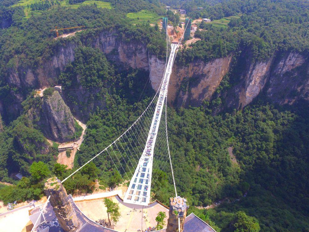 Den kinesiske glassbroen strekker seg over et juv i den mektige Zhangjiajie-parken.