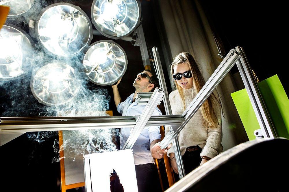 Denne installasjonen simulerer solskinn. Dermed kan solenergiforsøk utføres også om vinteren i laboratoriet i Trondheim.