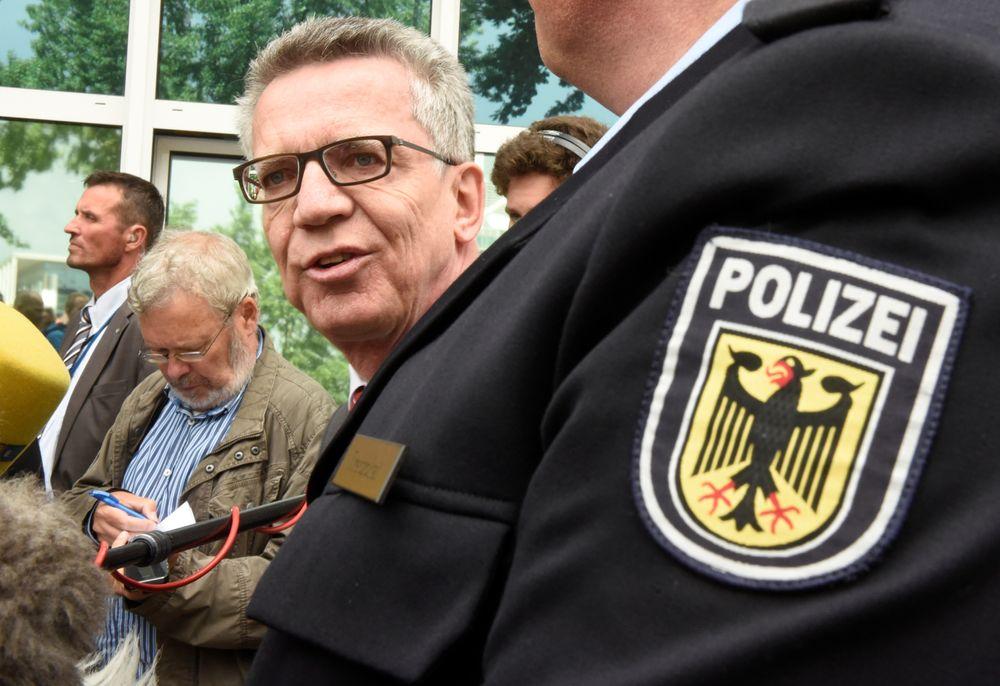 Tysklands innenriksminister vil innføre sanntid digital overvåkning ved flyplasser og togstasjoner. Her er de Maiziere avbildet under et besøk hos det føderale, tyske politiet i Bremen tidligere i måneden.