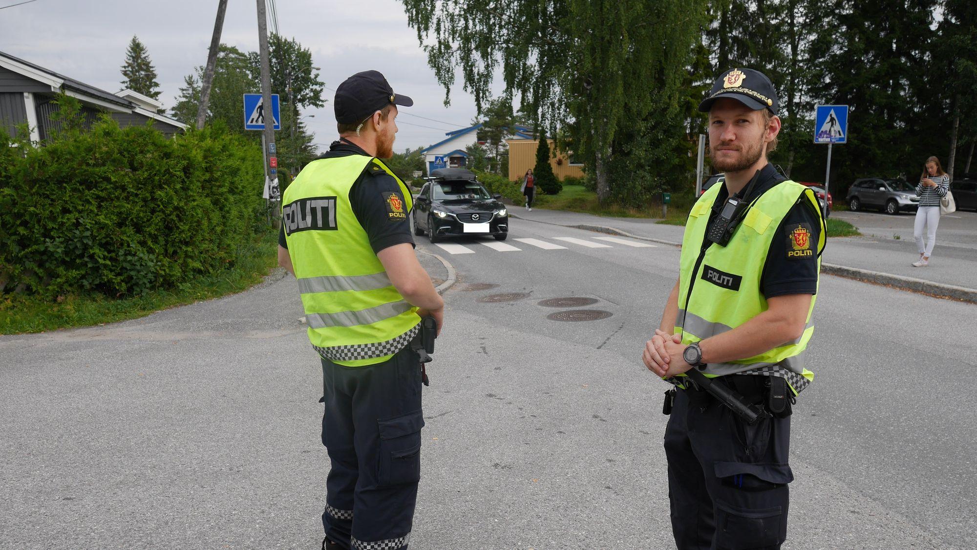 PÅ PATRULJE: Politiet er på vakt rundt skolene våre, og hadde i morgentimene i dag blant annet kontroll i Holbergsvei på Sofiemyr.