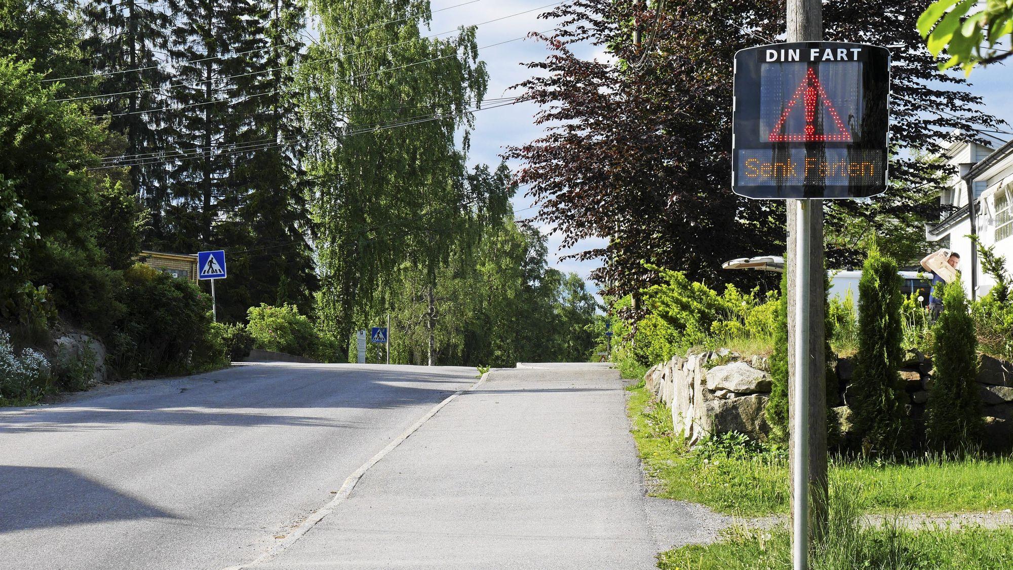 GODT TILTAK: En hastighetsdisplay, satt ut av kommunen i Holbergs vei i slutten av mai, var et godt fartsreduserende tiltak.
