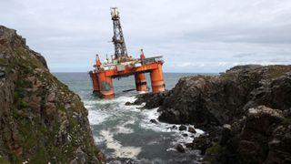 Nå venter de bare på tidevannet for å berge riggen fra de skotske fjæresteinene