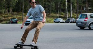 Inboard M1 Vi prøvekjørte et helt rått elektrisk skateboard på en parkeringsplass i Oslo