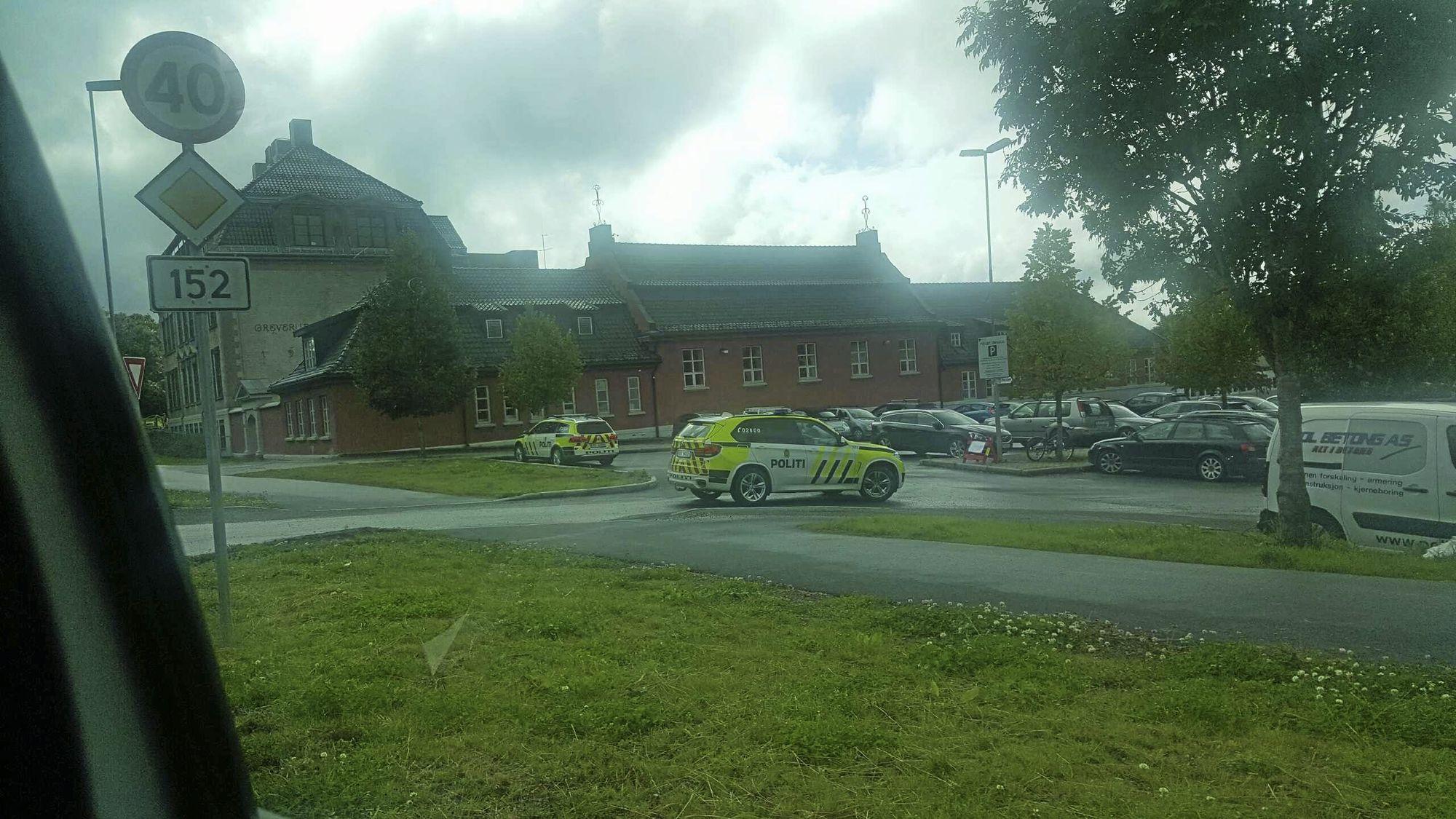 FULL KONTROLL: Politiet tok affære mot eventuelle råkjørere også ved Greverud skole i dag.