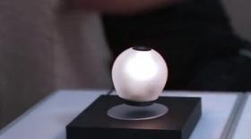 Når den ikke er i bruk kan den brukes som lampe.