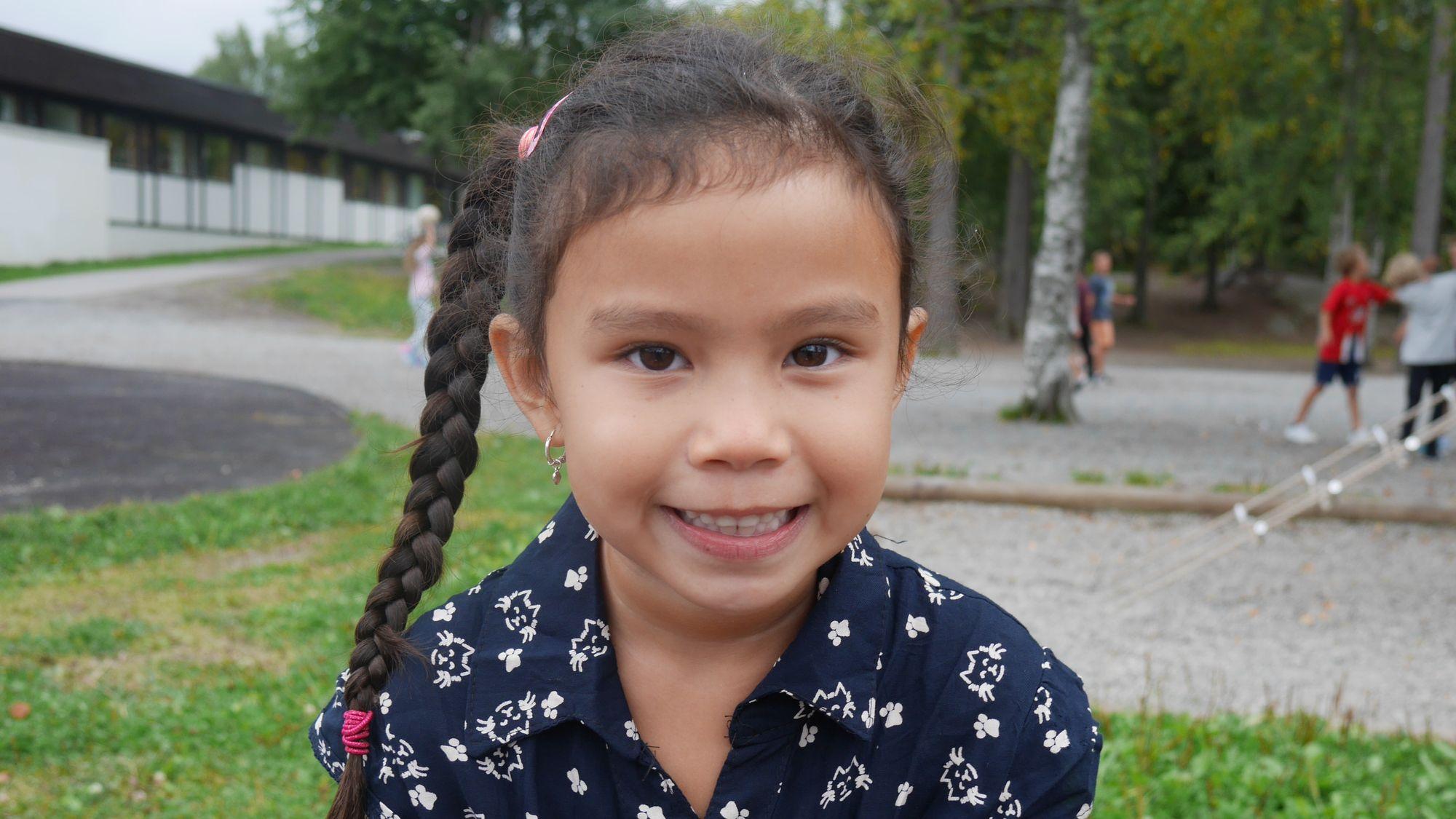 SOMMERFUGLER I MAGEN: Angelica Divinagracia Bjørndal, klasse 1A på Sofiemyrtoppen, koste seg på første skoledag.