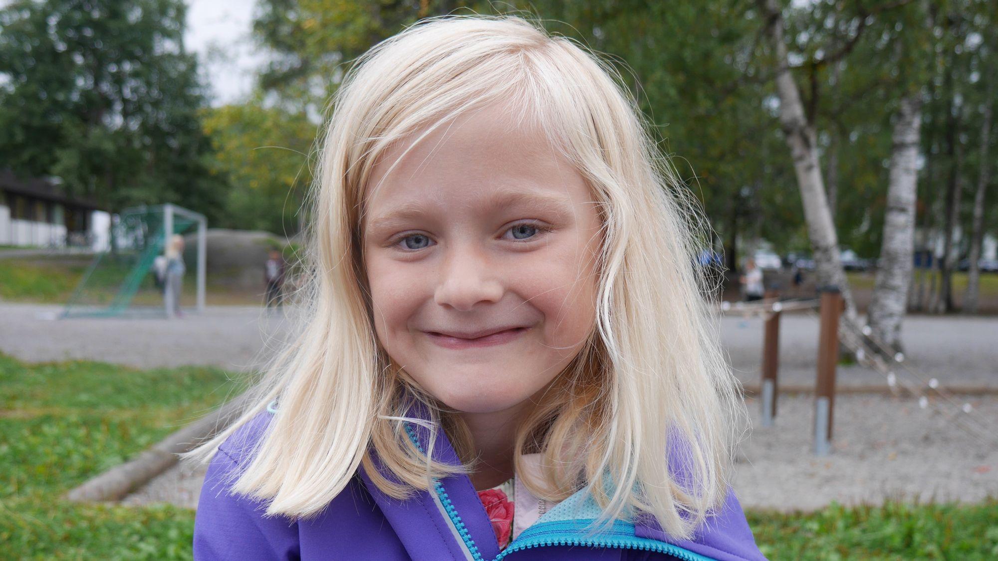 SOMMERFUGLER I MAGEN: Johanne Thingnæs Lid, klasse 1A på Sofiemyrtoppen, koste seg på første skoledag.