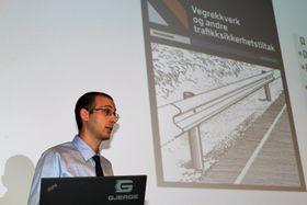 Matteo Pezzucch fra Vegdirektoratet som holder innlegg om ny veileder til rekkverksnormalen.