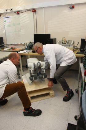 Roboten YuMi har nettopp ankommet Horten. De som skal jobbe sammen med roboten var på kurs hos ABB da TU var på besøk.