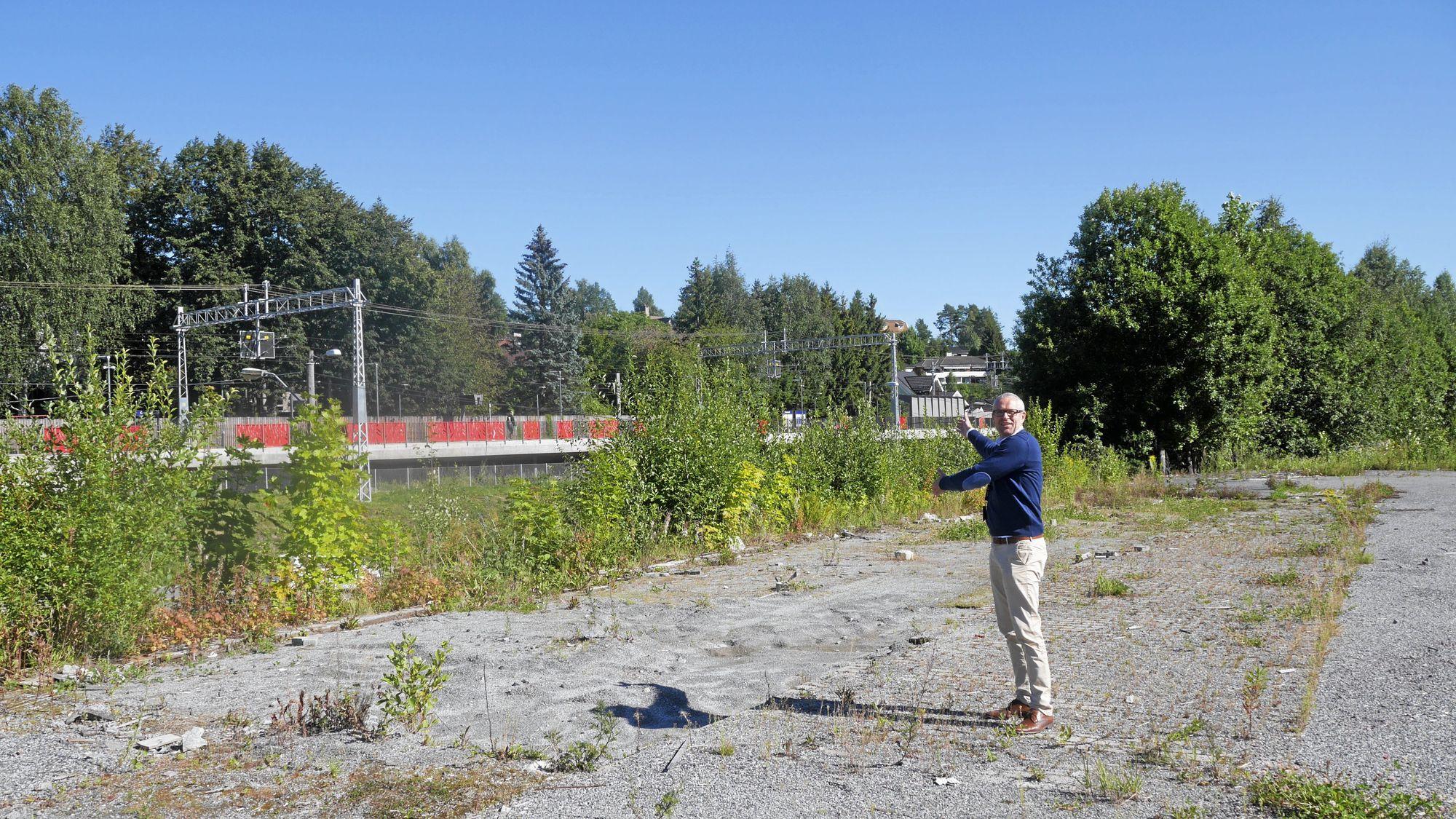 HER BLIR DET GANGBRO: Det nye GreverudTorget skal bindes sammen med stasjonen med en ny gangbro over Skiveien.
