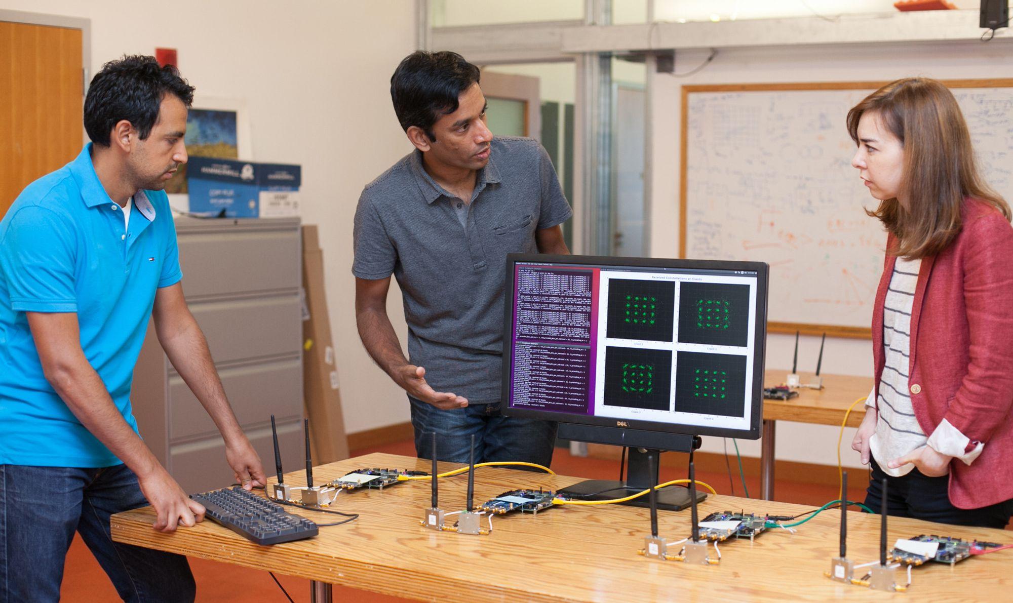 Demonstrasjon av MegaMIMO 2.0. På bildet, fra venstre, står Ezzeldin Hamed, Hariharan Rahul Dina Katabi.