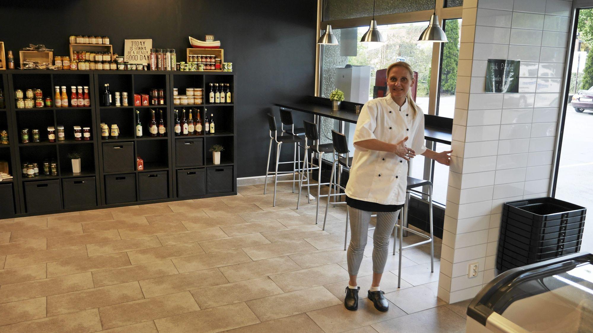 SKILLEVEGG: – Her, mellom bakeriet og fiskebutikken, skal det settes opp en vegg, sier Gulla Johannesdottir.