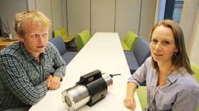 Samarbeid: Forskerne Lars Martin Sandvik Aas (t.v.) som har PhD i eksperimentell optikk er avhengig av marinbiolog Ingrid Myrnes Hansen for å lage programvare for analyse av f.eks. koraller og svamper.