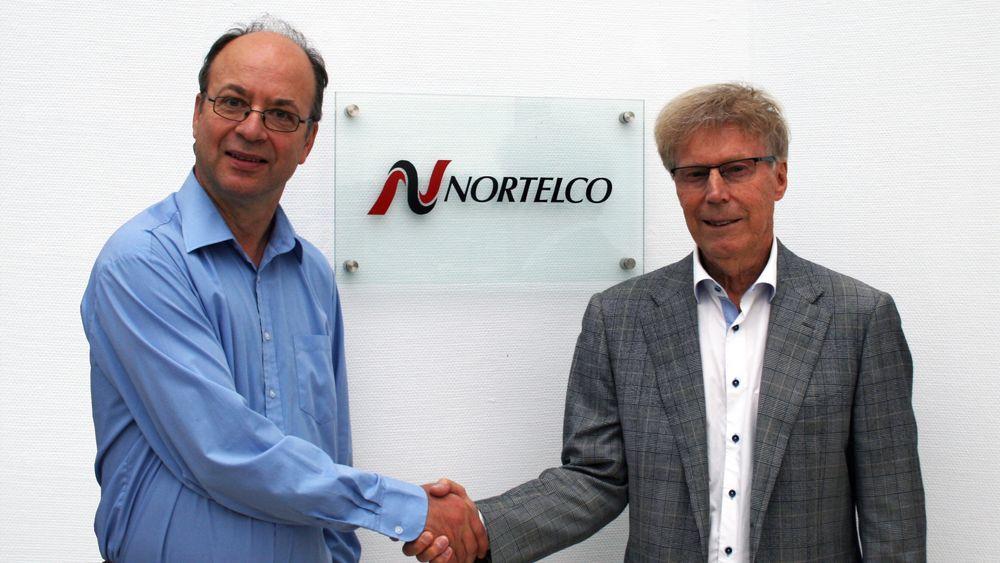 Kai Atle Myrvang, til venstre, og Bjørn Nysted fra Nortelco, som nå er eier av AD Elektronikk.