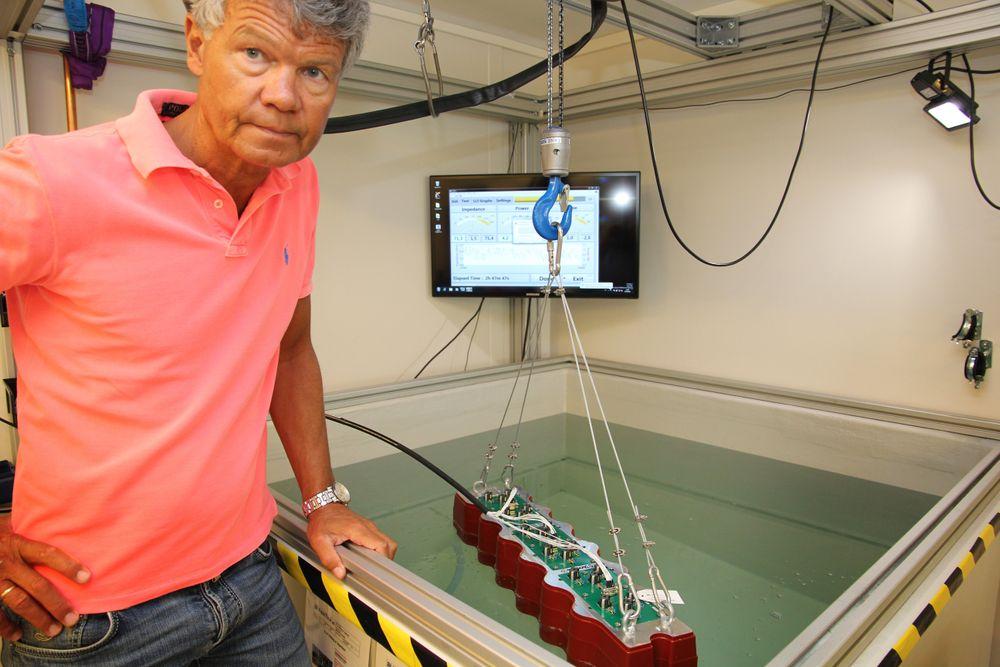 Våtlab: Her testes ekkolodd i et lite basseng etter innstøping av elektronikk. Fosstechs største kunde er Kongsberg Gruppen.