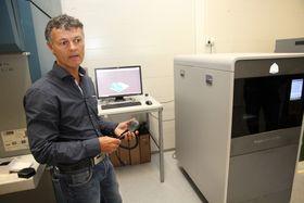 3D-satsing: Daglig leder Bjørn Foss i Jatronic bruker den nye 3D-maskinen til å utvikle ny design på radiokommunikasjon offshore, der Jatronic har sitt hovedmarked.