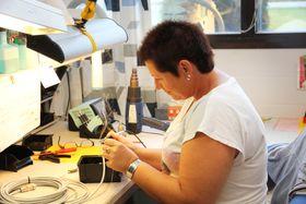 Veteran: Produksjonselektroniker Tove Kilen har vært ansatt i snart 30 år, først i Jatronic og nå i Fosstech hvor hun jobber med lodding av elektronikk.