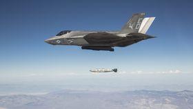 En F-35C slipper en GBU-31-bombe (JDAM) over skytefeltet China Lake i California i forbindelse med de siste testene.