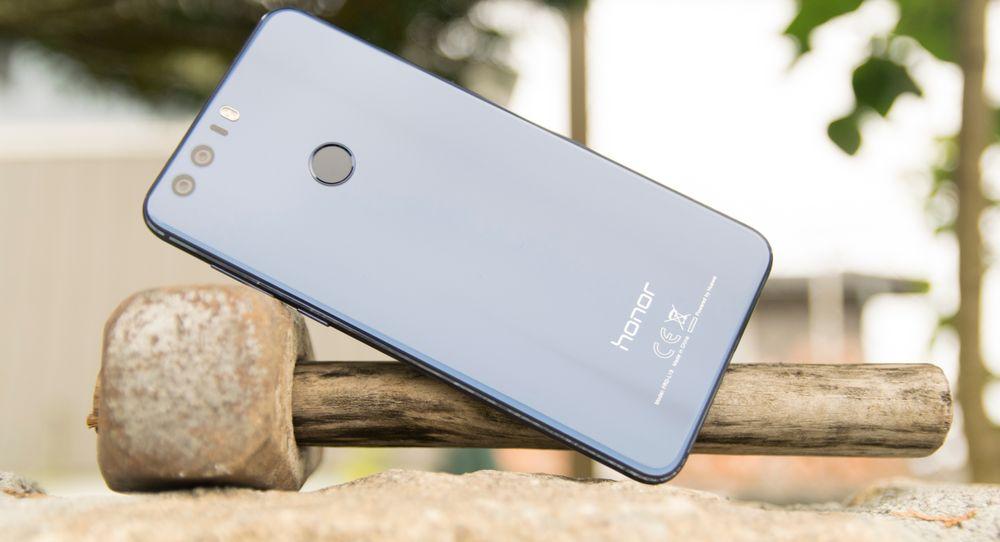 Den er dekket av glass, og speilblank. Honor 8 gir svært mye for pengene, selv om Honor-modellene nå beveger seg inn i toppmodelland også prismessig.
