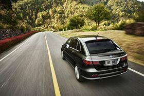 Daimlers kinesiske foretak Denza slipper en elbil med 62 kilowattimers batteri.