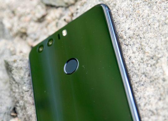 Huawei har for vane å ha fingerleseren på baksiden av telefonen. Normalt sett er det kun en statisk leser, men på Honor 8 er den også en knapp du kan velge ulike funksjoner for.