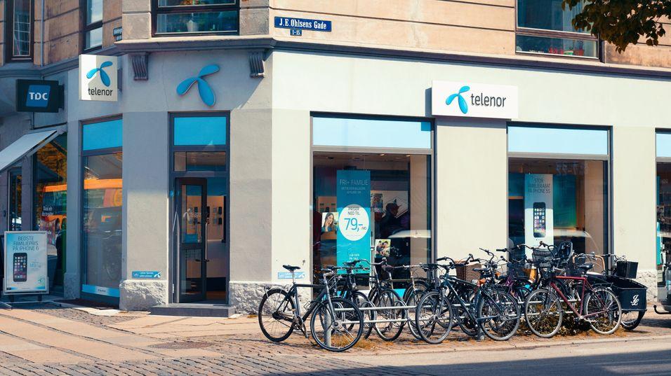 Telenor legger ned fem butikker og sier opp 79 ansatte i Danmark.