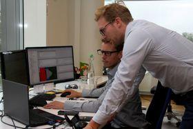 Magnus Eikens (stående) og Stian Magnusson diskuterer detaljer.