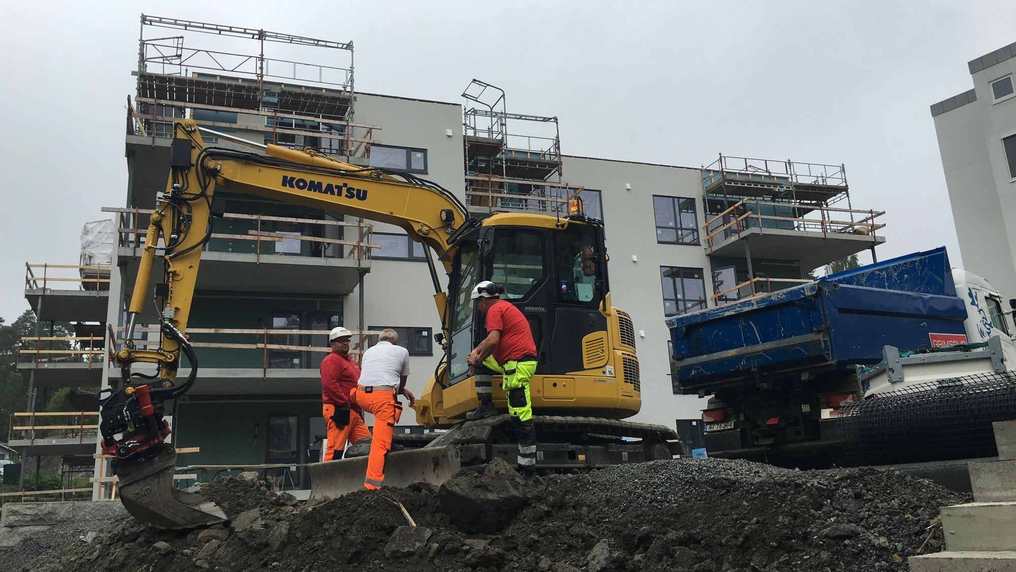 GRAVER I VEI: Det jobbes hardt på byggeplassen for tiden.