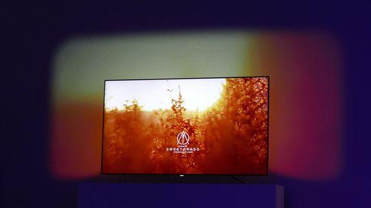 I fjor viste Philips frem lysteknologien AmbiLux, som går ut på at TV-en projiserer en utvidelse av TV-bildet på veggen bak. I år kan vi få se selskapets første OLED-TV.