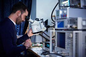 Radioekspert: Sivilingeniør Lars-Tore Skiftesvik jobber med mikrobølgeteknologien selskapet bruker i kretsene sine.