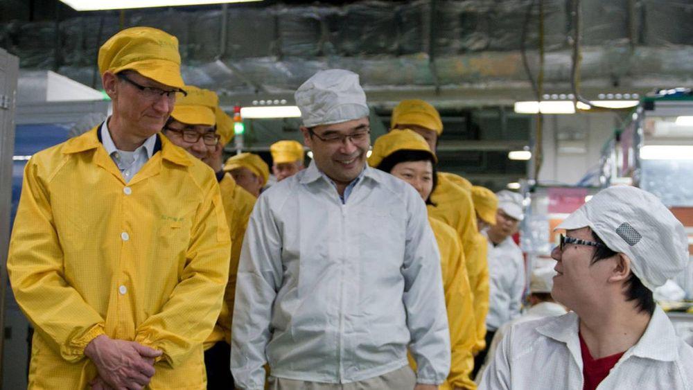 Apples konsernsjef Tim Cook på besøk hos en annen underleverandør, Foxconn i 2012, som også har vært beskyldt for elendige arbeidsvilkår.