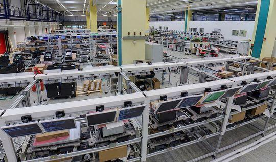 Her på Fujitsu-fabrikken i Tyskland testes alle servere grundig før de sendes ut til kundene.