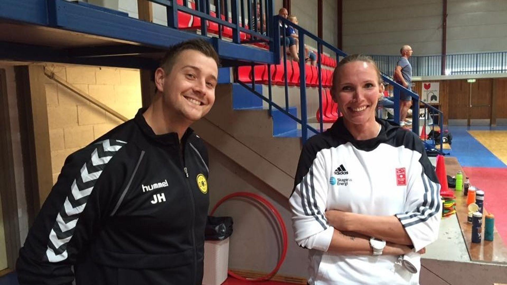 PEPTALK: J16-trener Joachim Hattestad får her gode råd av Larvik-trener Katja Nyberg.