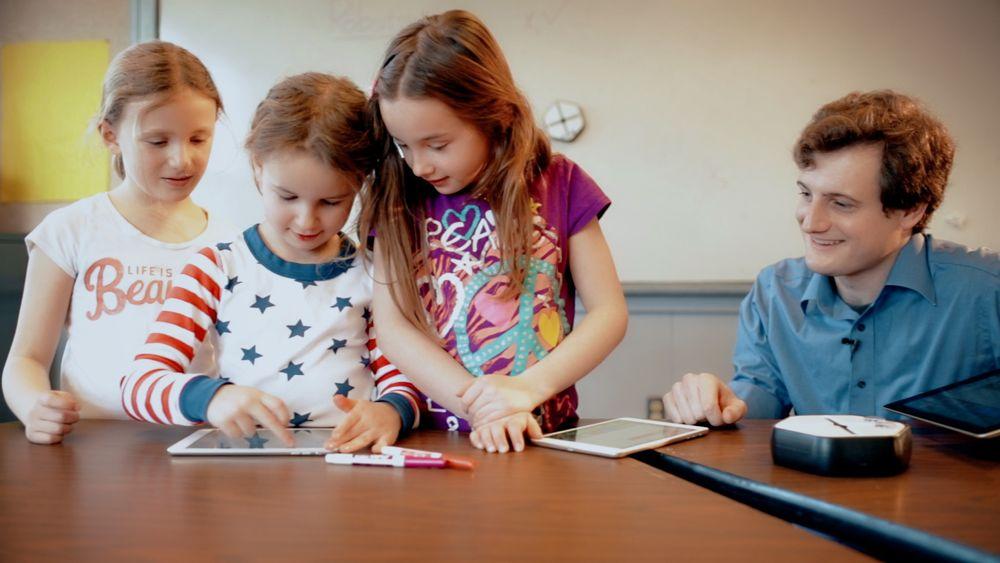 Roboten egner seg godt i en klasseromssituasjon og barna som har testet den lærte fort å håndtere både roboten og programmeringsverktøyet. Foto: Wuss Institute ved Harvard University.