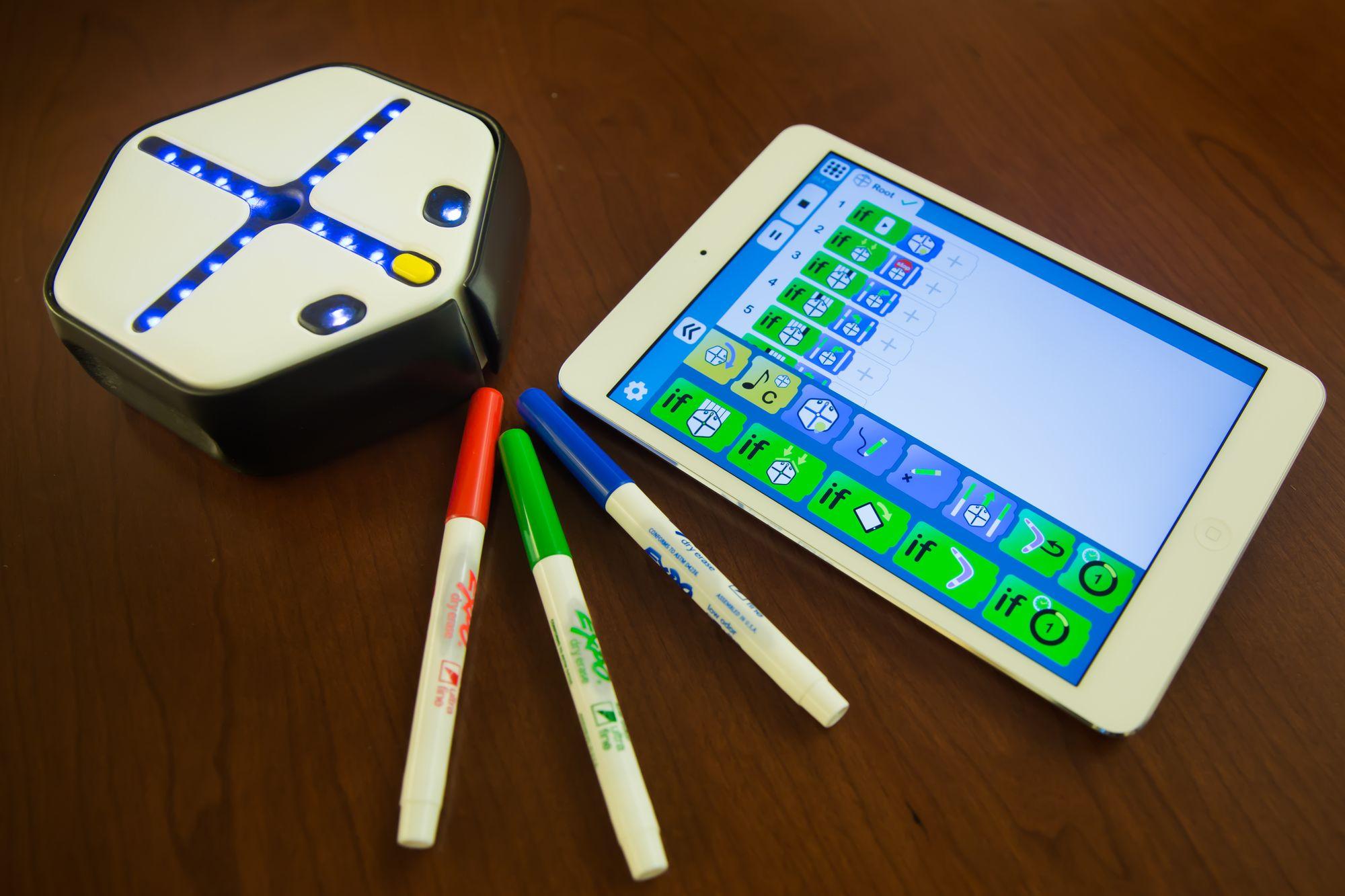 Den vesle roboten er lett å programmere. Programmene kan lages fra programmeringsverkøyet Square som kan lastes ned til en ipad.
