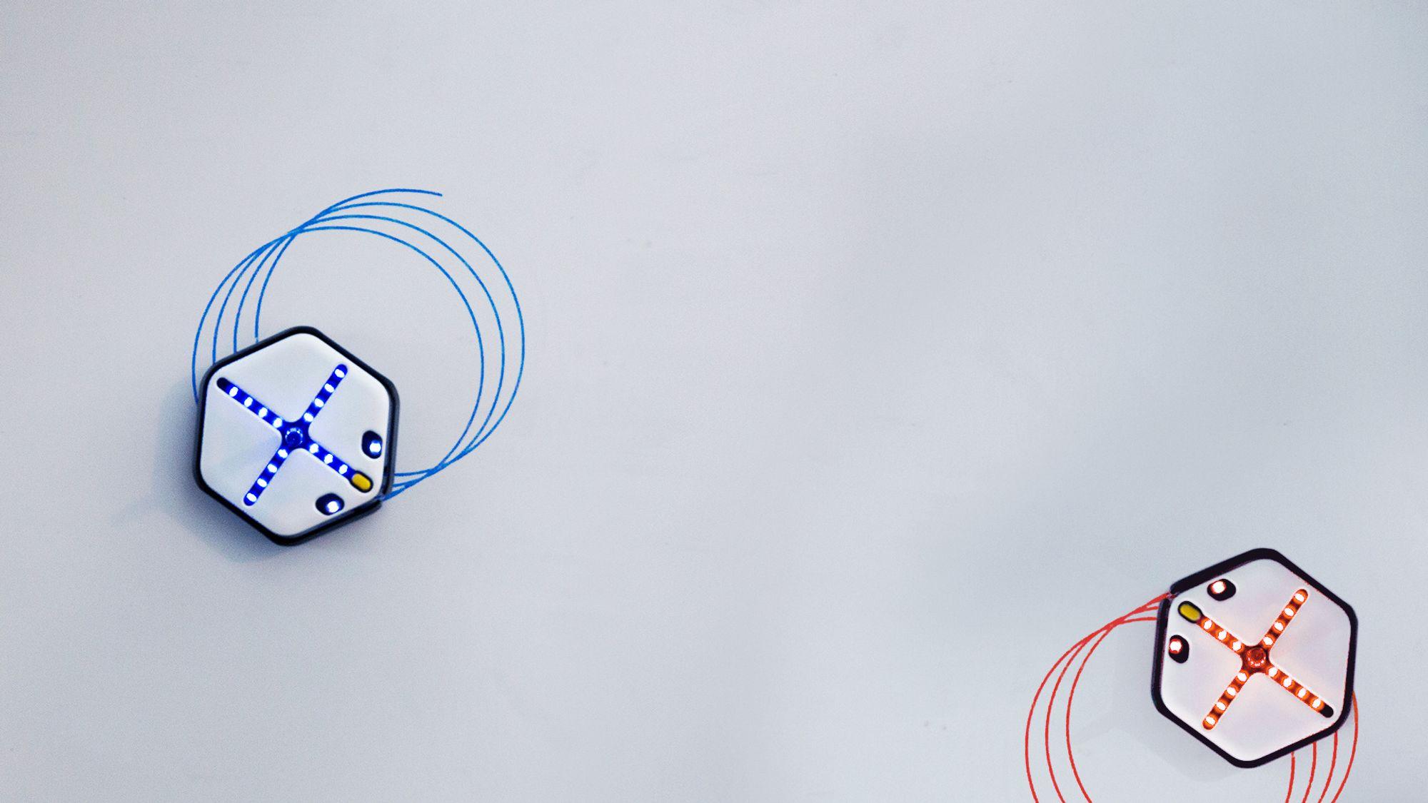 Roboten kan tegne streker i ulike farger, viske dem ut og kan også programmeres til å følge en strek ettersom barna tegner den. Foto: Wuss Institute ved Harvard University.