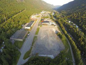 Rom for utvidelse på Rjukan-tomta. Dette oversiktsbildet viser hele anlegget, inkludert område som skal bygges ut nå.